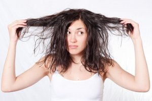 Comment les cheveux gras? Tournez avec eux une fois pour toutes