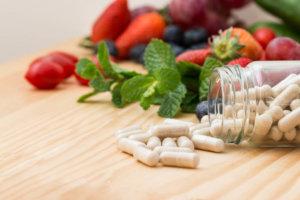 Les oligo-éléments sous forme de vitamines et de minéraux jouent un rôle important dans nos vies. Leur nombre dans un régime régulier est souvent insuffisant, pour plusieurs raisons. C'est à propos d'eux qu'il a parlé lors d'un séminaire sur la santé dans sa conférence Ing. Ivan MAh, fondateur de l'Alliance des conseillers en Nutrition de la République tchèque et l'un des ambassadeurs de VITAR. Il a également mentionné leurs activités bénéfiques pour le corps et les croyances sur l'opportunité d'un supplément de supplément. Le plus important de la conférence que nous vous proposons est dans l'article. Pour prendre tout ce dont nous avons besoin, notre alimentation doit être variée. Mais que signifie cette diversité dans la pratique? Il est souvent nécessaire que nous achetons des produits dans chaque partie du magasin. C'est-à-dire quelque chose de produits laitiers, de produits à base de viande, de produits de boulangerie, de fruits, de légumes, etc. Mais la qualité et la composition de ces produits sont également très importantes. La question est alors de savoir si une telle variété signifie une Nutrition de qualité en finale? Les vitamines et les minéraux disparaissent. Bien sûr, l'utilisation de recettes simplifiées et d'ingrédients bon marché affecte la qualité des aliments. Leur complexité disparaît, les nutriments contenus ne peuvent pas être parfaitement utiles. Et ce n'est pas seulement sous l'influence de la production, mais aussi d'autres pratiques industrielles. La valeur biologique des produits varie également, comment et où ils sont cultivés, à quelle période et comment ils sont récoltés ou tués, combien de temps et difficile à transporter, à quoi ressemble le stockage. Tout cela interfère avec la qualité obtenue à la fois en termes de disponibilité et d'absorbabilité de substances importantes, parmi lesquelles des oligo-éléments (vitamines et minéraux). Une autre pierre d'achoppement est la transformation et la transformation des aliments. Certaines v